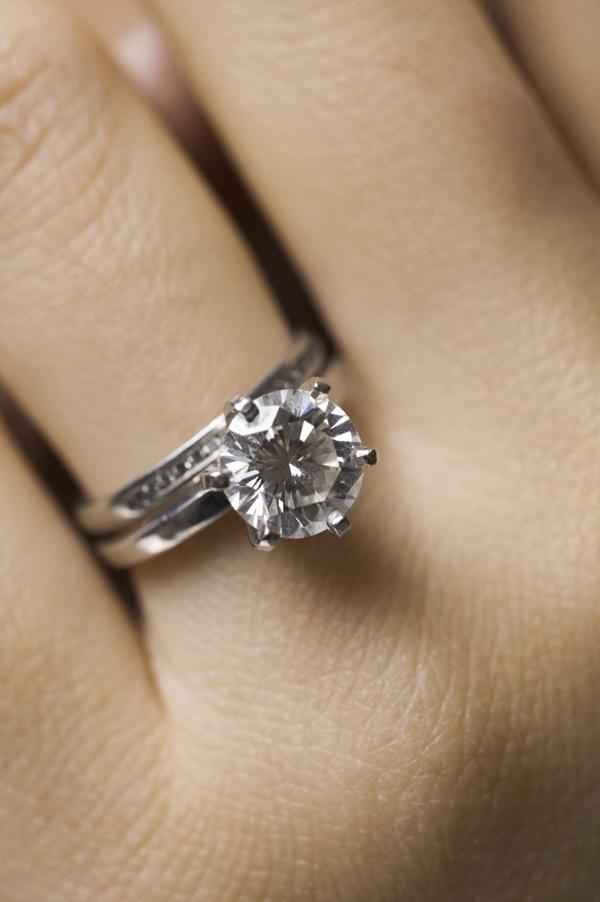 Jak nosit zásnubní a snubní prsten